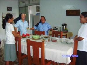 Lunch time kasama ang mother superior na si sis.grace isang italyana...kasama ako diyan nakikain?